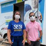 Representante do Sesi e Antônio Barbosa, presidente do grupo dimensão, na frente da cabine de vacinação.