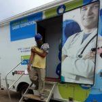 Colaborador saindo da cabine de vacinação